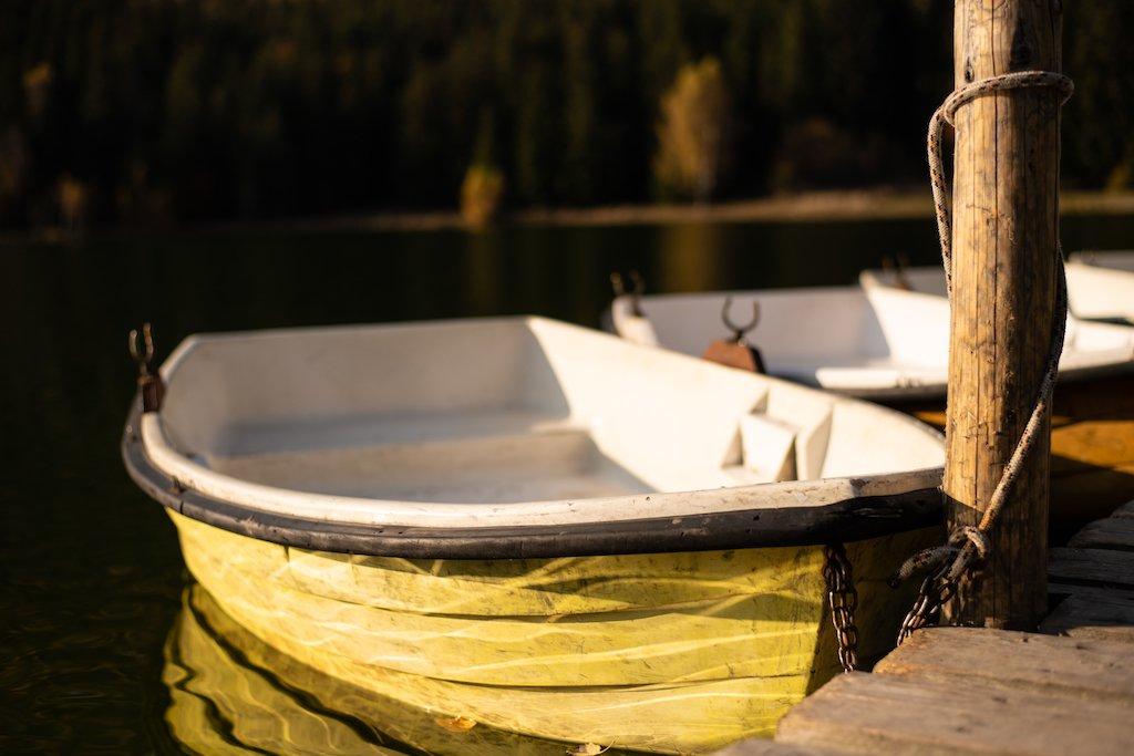 barca-lacul-sfanta-ana-toamna-rowalk